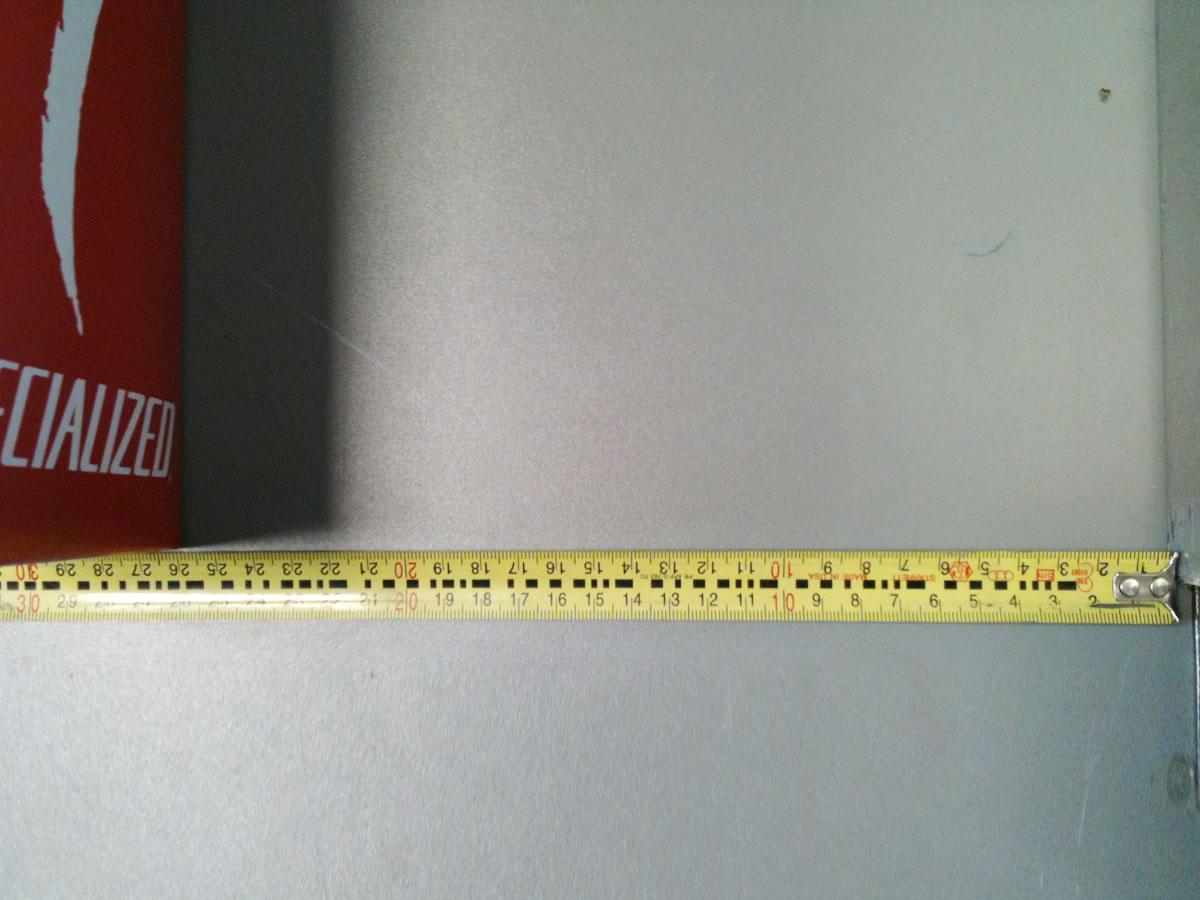 Mesurer la distance entre le mur et le repère que vous avez fait avec la boite ou le bout de bois